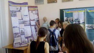 Старшокласники Мелітопольської спеціалізованої школи І-ІІІ ступенів №25 на завершенні роботи експозиції «Народна війна 1917-1932 рр.»