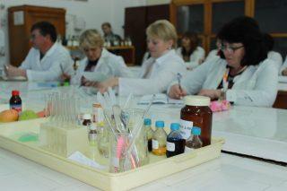 Хімічні експерименти, дослідження рослин під мікроскопом та створення моделей молекул – для вчителів Донеччини провели інтенсив на базі МДПУ
