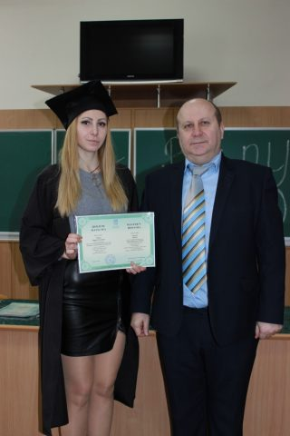 Усмішки та святкові мантії: випускникам хіміко-біологічного факультету вручили дипломи